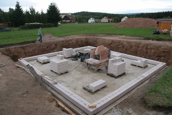 Overview of the foundation plate with the first layer of stones