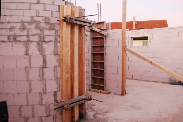 Walls with shuttering formwork.